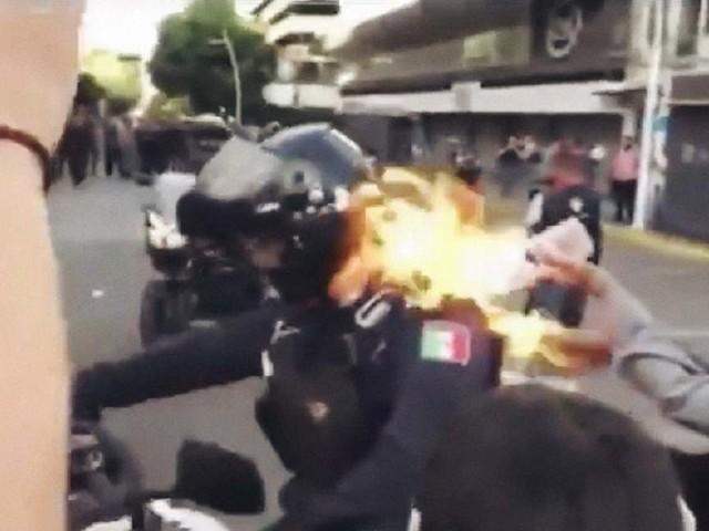 Messico, scontri dopo la morte di un uomo. Poliziotto dato alle fiamme, si salva – VIDEO