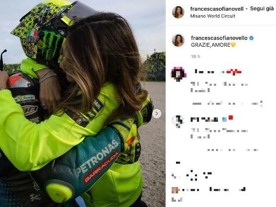 """L'ultima gara di Valentino Rossi, Francesca Sofia Novello lo abbraccia a Misano: """"Grazie amore"""""""