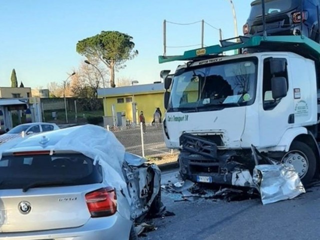 Roma, incidente al ritorno dai festeggiamenti per un compleanno: in due perdono la vita