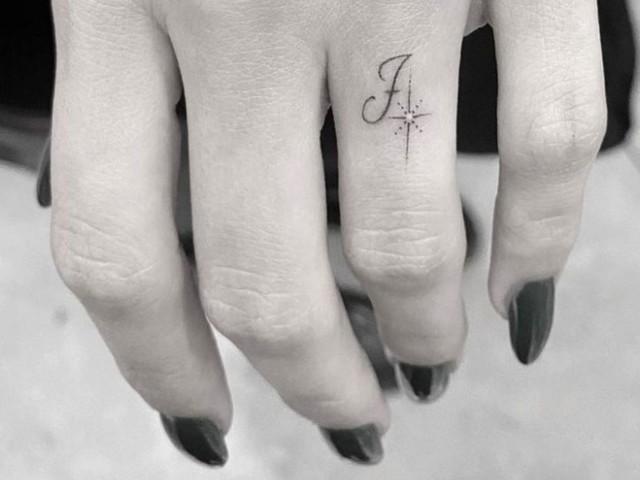 Hailey Baldwin si fa tatuare la «J» (di Justin Bieber) sull'anulare