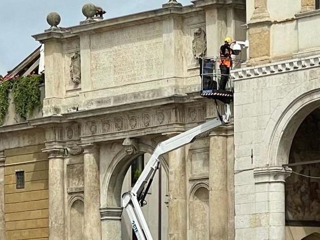 Una telecamera che ruota a 360 gradi per riportare la sicurezza in piazza Duomo