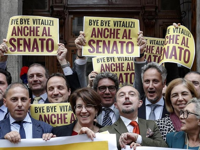 """Anche il Senato taglia i vitalizi, il M5S esulta: """"Ora le Regioni"""""""