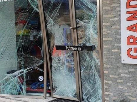 Palermo, vetrina spaccata con un'auto: nuovo colpo a Tutrone di viale Strasburgo