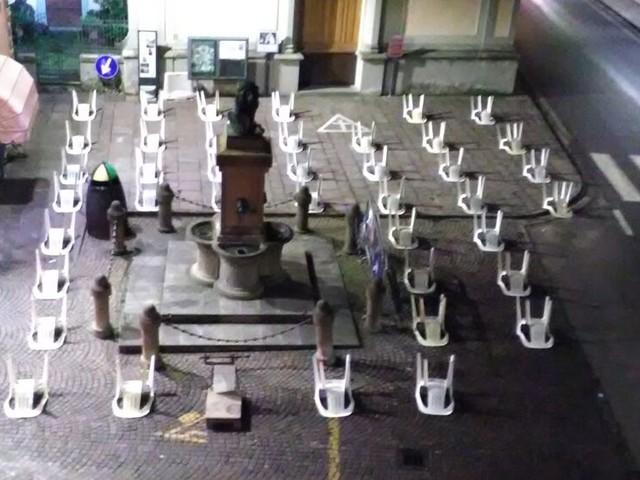 """Sedie rovesciate in pieno centro storico, la singolare protesta: """"Ogni sedia rappresenta un esercente che muore"""""""