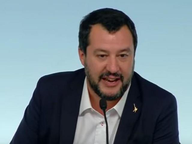 Salvini a Pontida sul palco con bimba di Bibbiano, è bufera: viene paragonato a Hitler