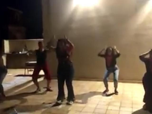 Imbarazzante ballo femminista. Ecco il 'Gioca Jouer' anti-Salvini