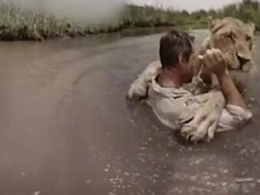 L'uomo che sussurrava ai leoni, l'abbraccio con Meg mostra il lato tenero della savana