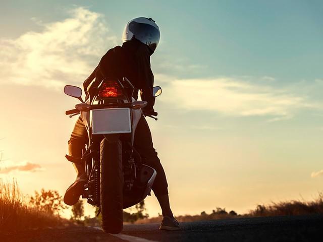 Vuole suicidarsi, il motociclista russo lo salva: il video
