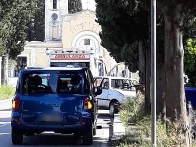 Auto sbanda e si schianta contro marciapiede, incidente alle porte di Ceglie