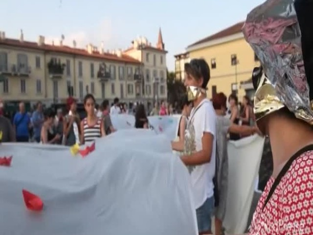 """I manifestanti intonano """"Bella Ciao"""" al presidio contro il Sicurezza Bis"""