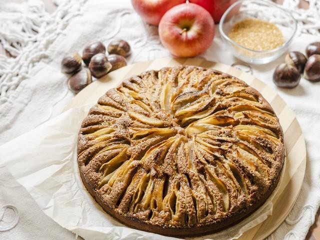 Torta con farina di castagne e mele: la ricetta del dolce soffice e irresistibile