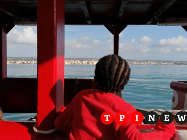 La nave Ocean Viking è arrivata a Pozzallo, dopo 12 giorni sbarcano i 104 migranti a bordo