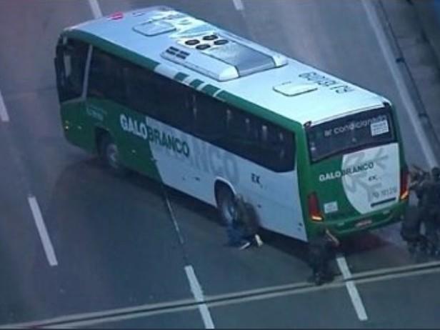 Uomo armato in un bus con 18 passeggeri in ostaggio. Minaccia di dare fuoco al mezzo