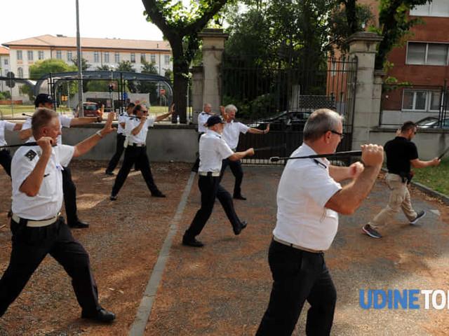 Al via l'addestramento con il bastone estensibile della polizia locale