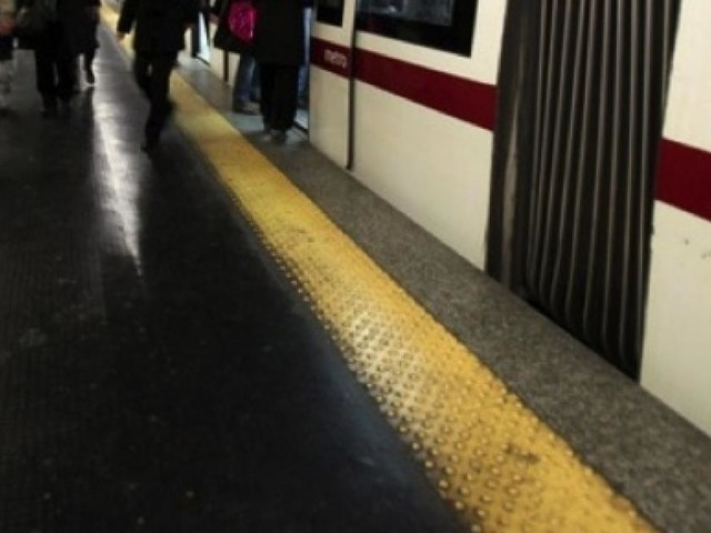 Roma, donna trascinata dalla metrò: in cabina il macchinista mangiava