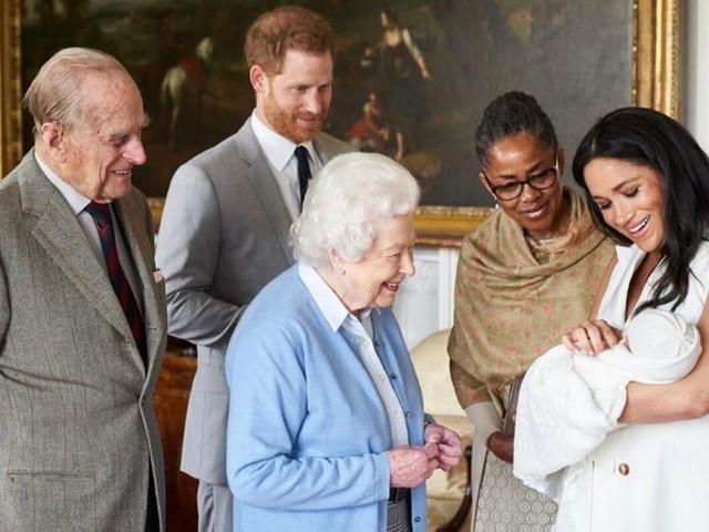 La regina è «molto triste» per avere visto pochissimo baby Archie (e sa che ora lo vedrà ancora meno)