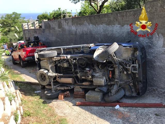 Terrificante incidente a Messina: automobilista resta incastrato con le gambe tra lo sportello e il mezzo ribaltato, estratto dalle lamiere e trasportato con l'elisoccorso in ospedale [FOTO]