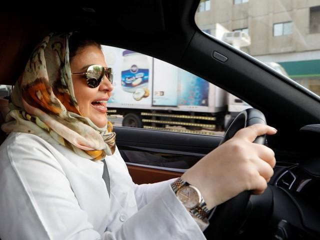 Arabia Saudita, cade il divieto per le donne al volante ma la disparità resta