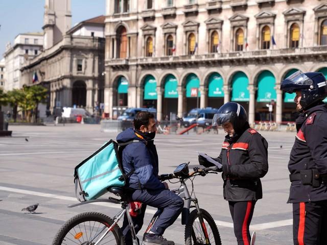 """E la Procura di Milano ordina: """"Ora assumete tutti i rider"""""""