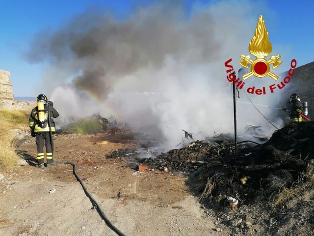 Messina: incendio di rifiuti nei pressi della Zona Falcata [FOTO]