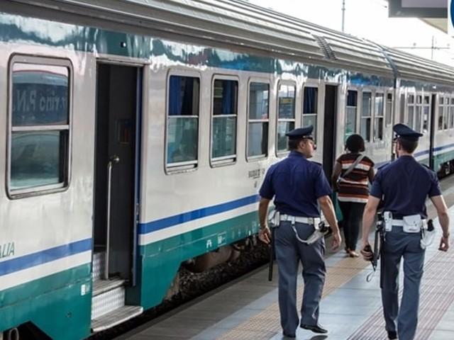 Controlli nelle stazioni, tre persone aggrediscono gli agenti