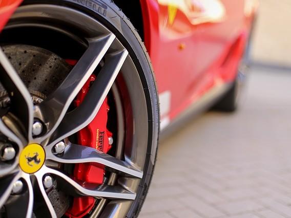 Alla guida di una Ferrari a 11 anni, scoppia il caso a Napoli