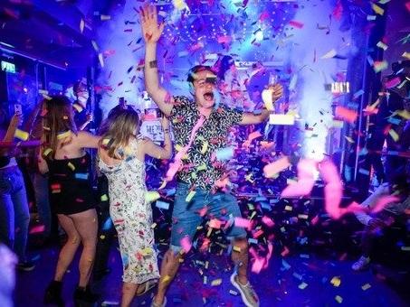 Gran Bretagna, restrizioni addio: feste e folla nelle discoteche. Ma gli esperti: «Rischio 200mila casi al giorno»
