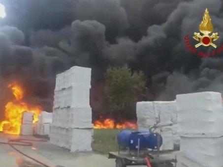 Avellino, incendio in fabbrica di batterie: nube tossica. Il sindaco: «Domani scuole chiuse»