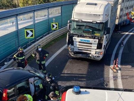 Incidente mortale: auto contro Tir, deceduto il conducente