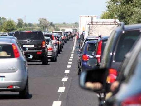 Incidente sull'autostrada A4: Tir perde bobine di ferro, 5 auto coinvolte, feriti e code