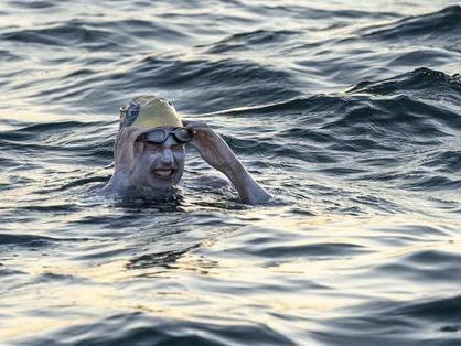 Guarita dal cancro, attraversa la Manica a nuoto per 4 volte di fila