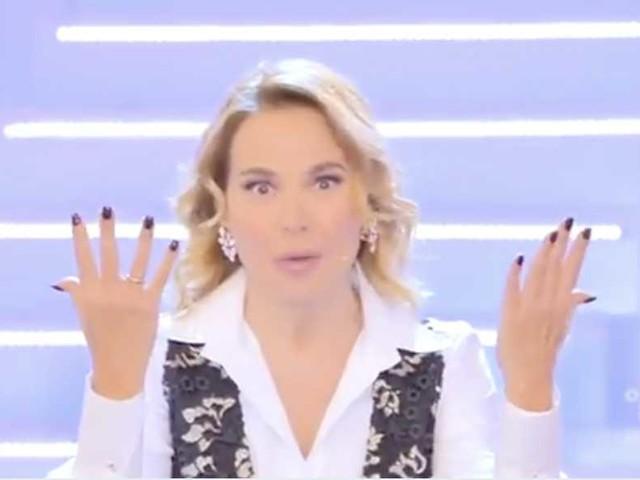 Barbara d'Urso non scappa da nessuno e spiega il cambio di orario di Domenica Live (VIDEO)