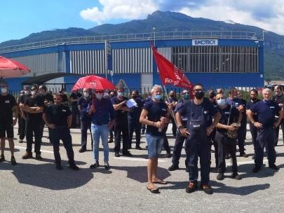 Perché gli operai Sicor scioperano: l'azienda disdice anche il contratto nazionale ed è una vicenda che riguarda tutti noi