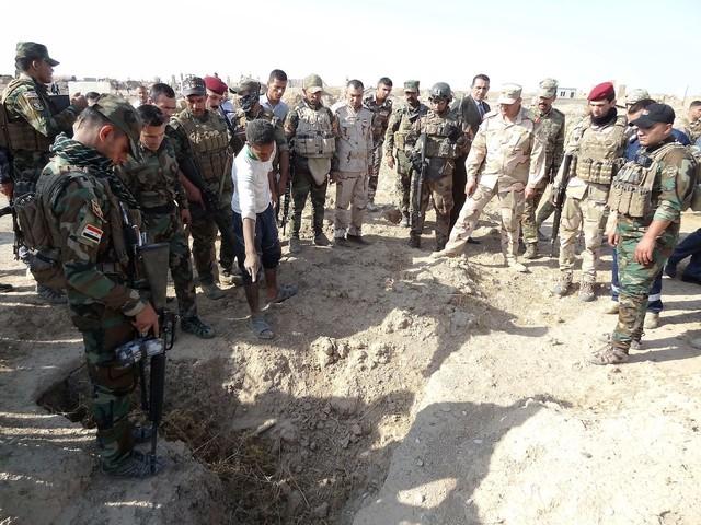 Iraq, fossa comune alle porte di Hawija: 400 persone uccise dall'ISIS - FOTO