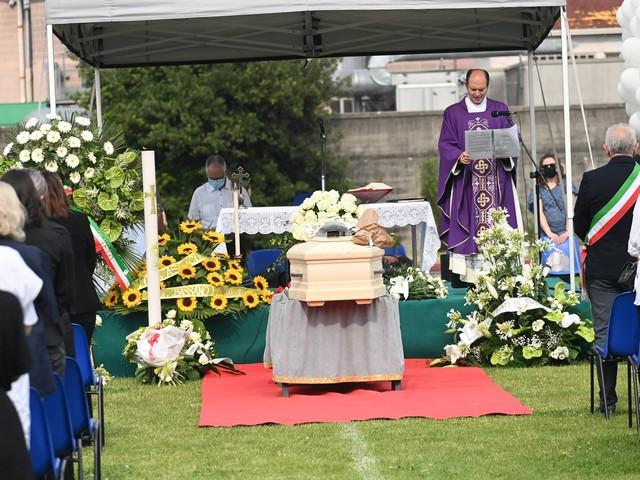 """Michele Merlo, un migliaio di persone al funerale. Il padre: """"Dolore non avrà mai fine"""""""