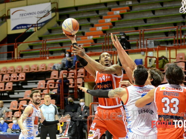 "Basket, buon esordio per una Unieuro in ""versione diesel"": vince dopo la rimonta finale"