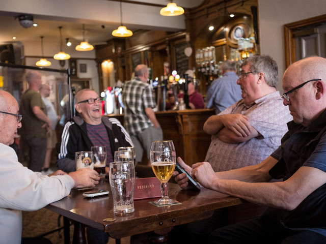 L'Inghilterra riapre i locali al chiuso, Johnson chiede cautela
