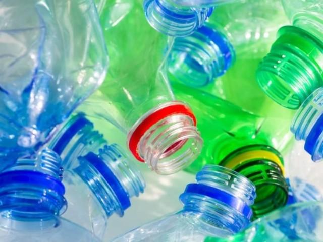 Plastic tax: la nuova tassa un euro al kg sulla plastica fa discutere. Il punto di vista del Ministro dell'Ambiente Costa e le posizioni dei partiti.