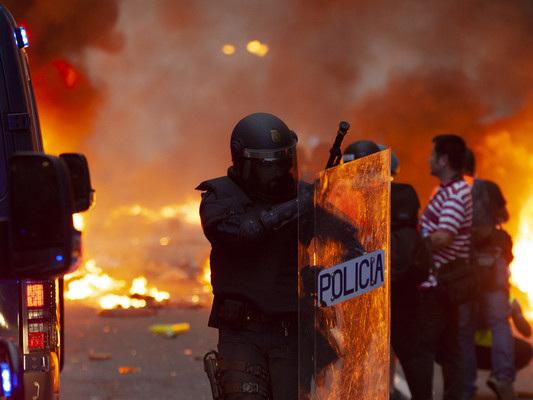 Nuovi scontri a Barcellona, almeno 35 feriti e 10 arresti