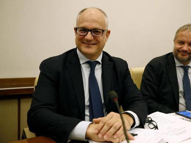 Borghi (Lega): uscire dall'euro non è un tabù. Salvini si smarca, Gualtieri: «Leghisti irresponsabili»