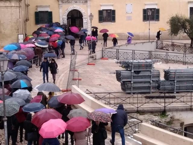 Matera 2019, in coda sotto la pioggia per ritirare pass per inaugurazione Capitale della cultura