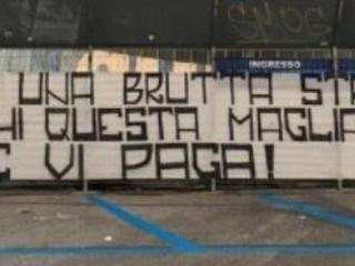 """Napoli, i tifosi attaccano i calciatori: """"Avete scelto la strada sbagliata"""""""