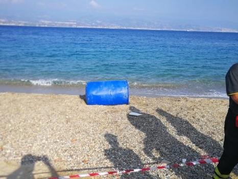Messina, fusto sospetto sulla spiaggia del Ringo