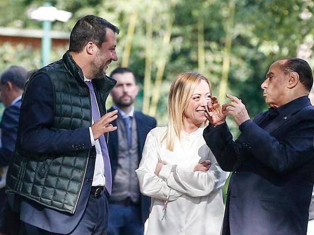 """Berlusconi: """"Resto in campo, sono ancora utile al Paese. Il centro non è equidistante, noi alternativi alla sinistra"""""""