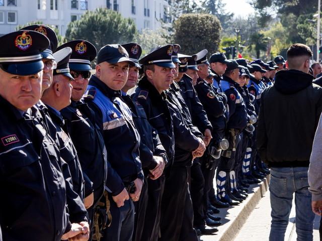 Albania, si dimettono i deputati del Partito Democratico