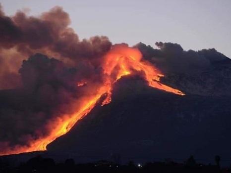 Etna, nuova eruzione lavica dal cratere di sud-est