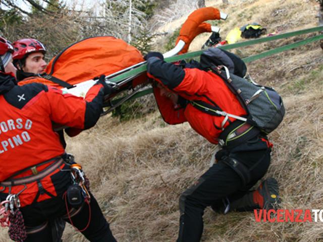 Escursionisti in difficoltà: 45enne cade scendendo la Strada degli Scarubbi