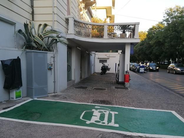 Ad Ancona colonnina elettrica per bici e monopattini