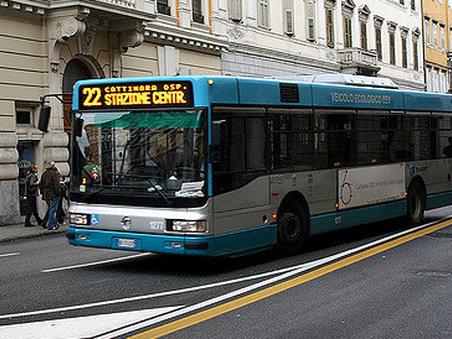 Panico in autobus: prende a martellate un vetro, 61enne nei guai