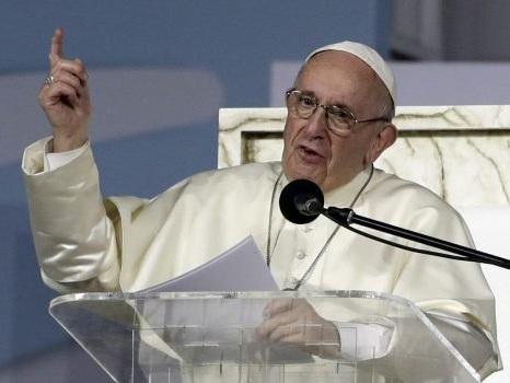 """Il Papa rimane chiuso in ascensore e arriva in ritardo all'Angelus: """"Scusatemi"""""""